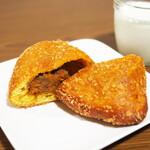 ベーカリー&カフェ ガウディ - 絶品!牛肉ゴロゴロカレーパン
