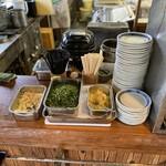 上野製麺所 - 注文・受取口のすぐ横に薬味置き場