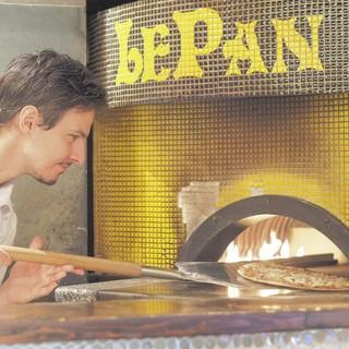 イタリア人ピザ職人が石窯で焼き上げる本格ピザは熱々絶品!