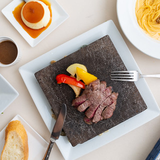 溶岩石で焼くステーキは、食欲をそそるこだわりのソースで♪