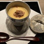 121570405 - 白トリュフとスッポンの茶碗蒸し。見た目は普通の茶碗蒸しだが、底にはコラーゲンの塊のような牛アキレス腱がたっぷりと沈んでいる。スッポンのお出汁と絡まって白トリュフの香りが漂う。