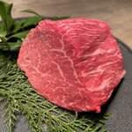 121570417 - 本日のお肉塊は但馬牛の赤身。綺麗だな〜。(^_−)−☆