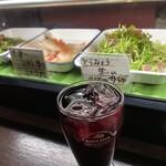 ボデゴン・ノゲ - 自家製赤グリア500円。ケース内にはすぐ提供出来るアテ