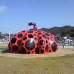 1216256 - 近くに草間彌生さんの赤いかぼちゃがあります