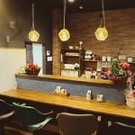 コロンズカフェ - 落ち着いた雰囲気のカウンター席。照明の灯りがより一層雰囲気を引き立ててくれます。