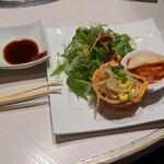 焼肉 ホルモン ぼなぺてぃ - サラダとキムチがデフォセット