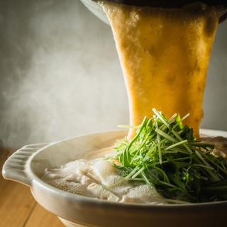 鍋全体を覆うようにたっぷり入る自然薯が特徴の『自然薯もつ鍋』