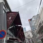 121612734 - 2019/12 東京メトロ日比谷線/都営大江戸線六本木駅3番出口からすぐ1、2分ぐらい、六本木ヒルズに向かう大通りの六本木通りに並行の裏通りにある 21六本木ビルの2階 に位置する ワイン食堂 ル・プティ・マルシェ。1階は、ラトリエ・デュ・パン