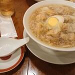 広州市場 - 粗びきワンタン麺。