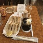 珈琲店トップ - アイスコーヒー650円、コッドローサンド550円、セット割引▲100円