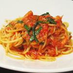 ビストロ シャンパーニュ - ズワイ蟹と菊菜のスパゲッティトマトソース。