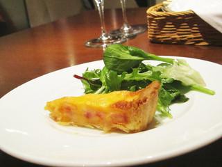 ビストロ シャンパーニュ - 前菜(サラダ・ハムとチーズのキッシュ)。
