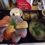 魚けん - はみだし海鮮丼990円