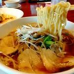 天府 - 極上チャーシュー麺の麺持ち上げ(麺リフト)