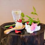 京懐石 吉泉 - フルーツのアイス、伏見のバラと ギリシャのオリーブオイルを垂らした炭酸水