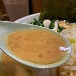 121733801 - 豚骨味玉ラーメン830円のスープのアップ