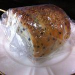 さちパン工房  - これはおさつロール? 黒ごまとさつまいもの入ったパンです
