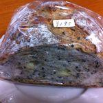 さちパン工房  - 黒ごまとチーズの入ったパン ペッパーが入ってるのかな?ピリっとしたお味