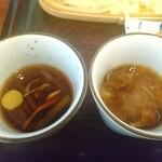 水沢うどん 松島屋 - 山菜入りつゆ、なめこのつゆには大根おろし入り。