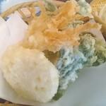 水沢うどん 松島屋 - 舞茸天に変更しなければ、山菜と野菜の天ぷら。