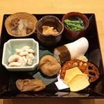 割烹はらだ - 前菜  ホウレン草の魚の出汁の胡麻和え、蕪寿司、蓮とクワイとケシの実の揚げチップス、烏賊の南蛮漬け、栗きんとん、ナマコのみぞれ和え、白子蒸し、牡蠣のオイル漬け
