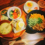 コロンズカフェ - 日替わりランチの一例。三色丼、サラダ、小松菜のお浸し、おでんがセットになった満腹セット。