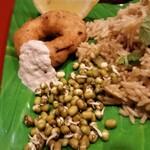 """インド食堂ワナッカム - 写真左上のドーナツみたいなのは """"ワダ"""" ですね。豆やイモが原料です。"""