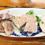 やまびこ - 自家製燻製と鴨パテの盛り合せ。