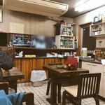 亀印食堂 - 割烹着のお母さんがテキパキとお仕事