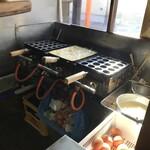 泉屋 - 玉子焼調理場、赤玉使っておられます