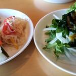 1st Cafe  - サラダバー。燻製ポテトサラダや、ピクルス、春雨サラダ