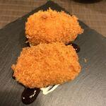 燻製のおはなし 2nd - カニ味噌くりぃむコロッケ 1ヶ 380円×2 蟹味噌の風味はあまりしませんでしたが、きちんと美味しい。 ソースとマヨネーズ?が、コロッケの下に描いてありました。衣が固いのが気になりました。