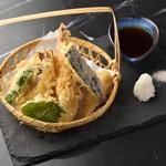 KUJIRA - 新鮮な野菜と大ぶりのエビを天ぷらにした贅沢な一品!ピンクソルトと自家製のめんつゆにつけてお召し上がりください。