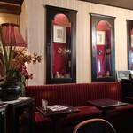 ローヤル珈琲店 - 赤を基調とした豪華な内装。