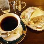 炭火自家焙煎 珈琲倶楽部 - ブレンドコーヒー500円とレアチーズケーキ300円