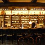 炭火自家焙煎 珈琲倶楽部 - 色々なカップがカウンターに陳列されています