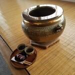 121889943 - この火鉢にも赤福って書いてある