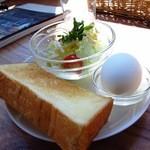ハーグカフェ - トーストとゆで卵のプレート ドリンク代+\50