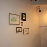 ホイリゲ葡萄舎 - 壁には絵画が