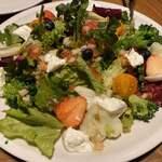 121892903 - ガーデンサラダ、苺美味しい!