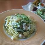 太陽のカフェ 南港店 - 筍と悠然鶏、山菜の西京味噌クリームスパゲッティ(\1,000)+Oneプレートサラダ(\100)