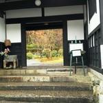 Ristorante Azekura - 門をくぐって右方向へ