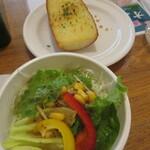 ポポラマーマ - 料理写真:ミニサラダ&ガーリックトースト