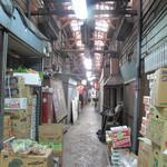 ふきや - 福岡市中央区赤坂のビジネスエリアに取り残された遺産的建物『赤坂門市場』。傾いた建物内の通路の中間地点にお店はあります。