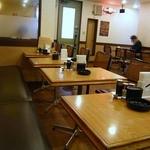 グルメ&ティーみやび - 沢山のテーブル席が用意されていました。