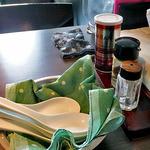 麺や真登 - テーブルに常備された調味料類