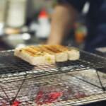 ワインと炭火串焼 銀座 荻 - パテ用のパン♪高さで火入れを調節