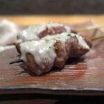 ワインと炭火串焼 銀座 荻 - ラム肉の上にたっぷりのゴルゴンゾーラ♪