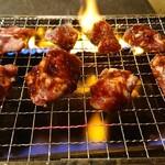 松阪味噌焼 ホルモン酒場 - ボツ焼きを焼きます