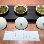 121970455 - まずは香りをテイスティングさせてもらい、茶葉を選びます!                         それぞれ香りが全然違うんです!